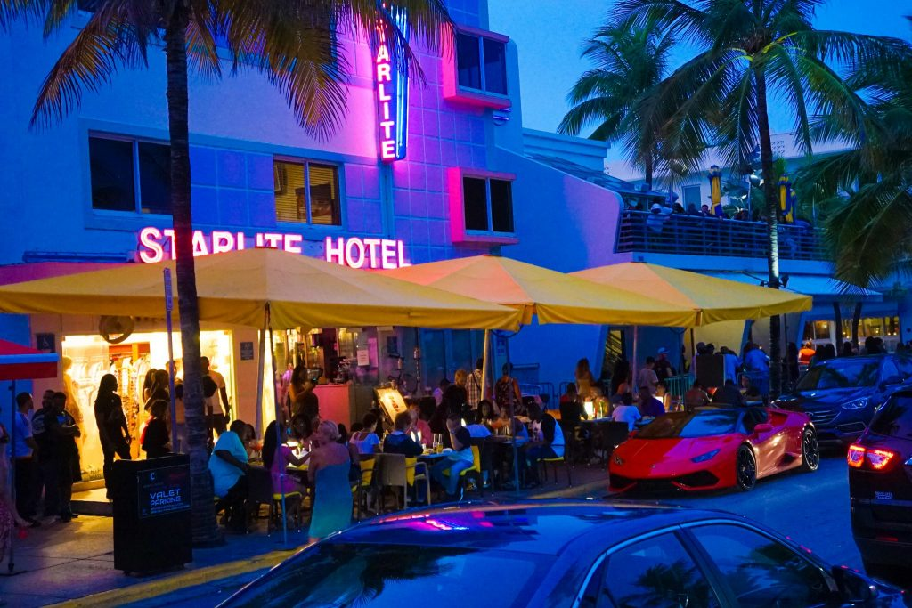 How To Try The Best Of South Beach Miami Nightlife On The Cheap 🌴